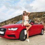 Красный кабриолет с девушкой