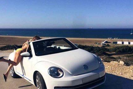Белый Volkswagen Beetle с девушкой