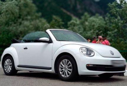 Белый Volkswagen Beetle