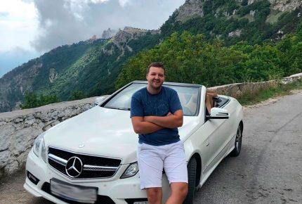 Белый кабриолет на фоне гор