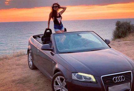 Кабриолет у моря с девушкой