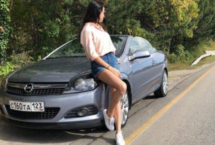 Серый Opel Astra Cabrio с девушкой